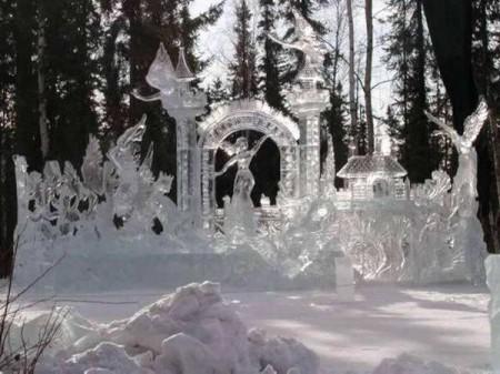 Фигуры изо льда и снега.