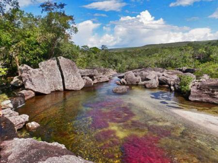 Дивная пятицветная река.